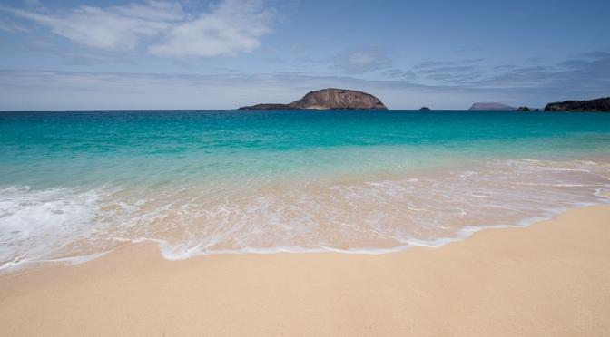 Playa de Las Conchas, a La Graciosa. Di fronte l'isola della Montaña Clara.