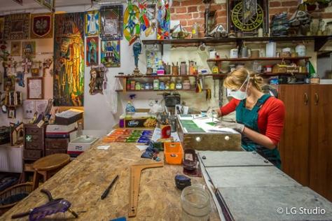 Lavorazione artistica del vetro, nella bottega Intekart a Torun