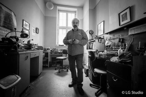 Marek Mazur nel suo laboratorio.