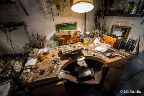 Interno della bottega Stary Warsztat : banco da lavoro per la lavorazione dell'ambra.